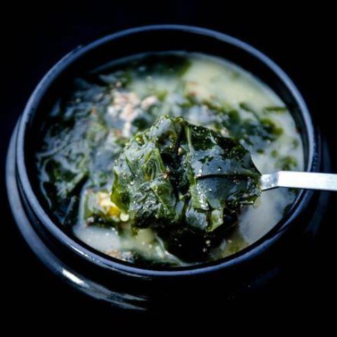 Ini cara simpel buat sup rumput laut yang menyamankan perut. (Foto: Dok. Endeus)