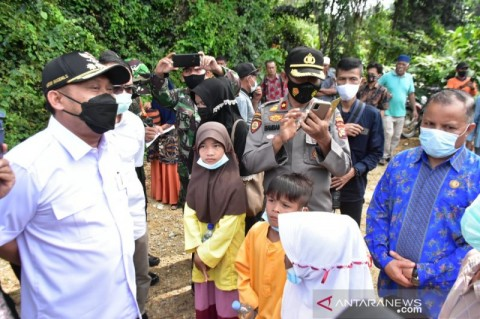Bupati Kampar Riau Tanggapi Video Viral Siswa SD Naik Keranjang Terbang
