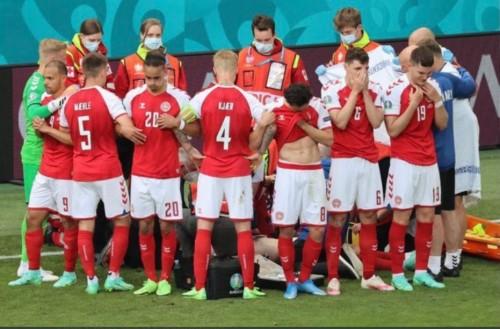 Para pemain Denmark membentuk lingkaran mengelilingi Eriksen yang sedang mendapatkan perawatan medis usai kolaps (Foto: Twitter)