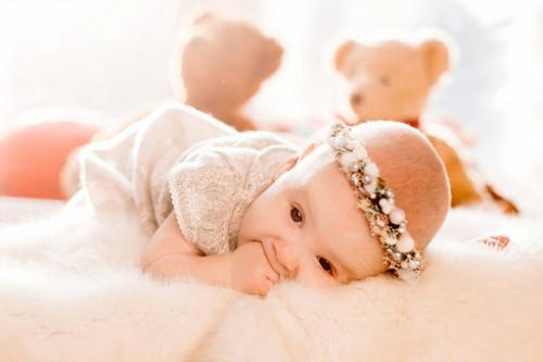 Pastikan bayi hanya memakai pakaian yang lembut dan sebaiknya yang berbahan katun untuk menghindari ruam. (Foto: Ilustrasi. Dok. Freepik.com)
