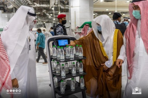 Arab Saudi Pakai Robot untuk Bagikan Air Zamzam ke Jemaah Haji