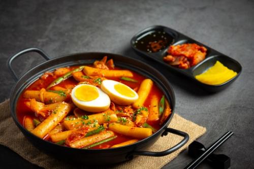Salah satu cemilan Korea yang palig populer adalah Tteokbokki. (Foto: Ilustrasi. Dok. Freepik.com)