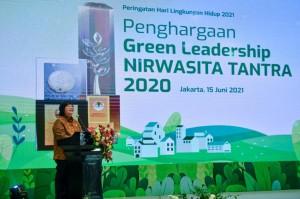 Menteri LHK Beri Green Leadership Nirwasita Tantra ke Pimpinan Daerah