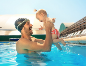 5 Manfaat Ajak Anak Berenang Sejak Dini