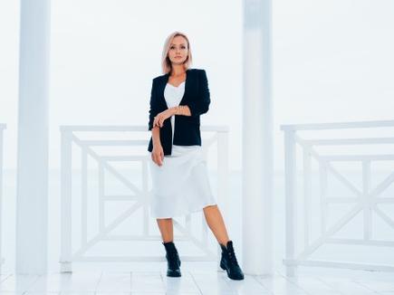 Untuk gaya kasual kamu bisa memadukan blazer dengan mini dress atau celana jeans. (Foto: Ilustrasi. Dok. Freepik.com)