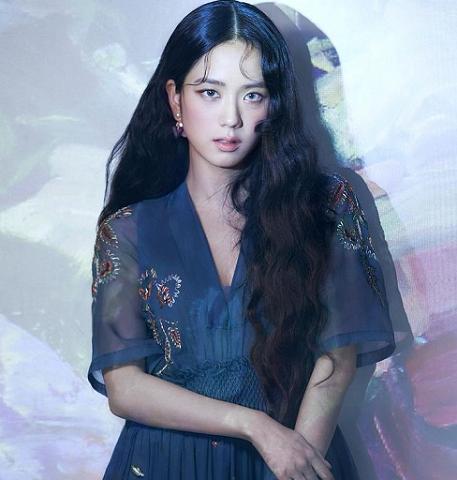Banyak orang menilai jika imej Jisoo yang feminin dan sophisticated cocok membawakan merek mewah asal Prancis tersebut(Foto: Dok. Instagram/@sooyaaa_)