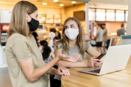Jika mau pakai masker kain yang tiga lapis, pastikan digunakan di luar dan masker bedah di dalamnya. (Foto: Freepik)