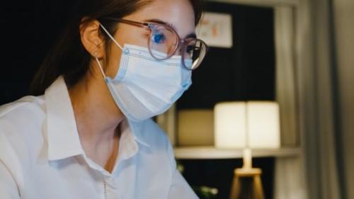 Dikutip dari RSUI, hasil studi CDC penggunaan dua lapis masker dapat menyaring virus covid-19 hingga 90 persen. (Foto: Ilustrasi/Freepik.com)