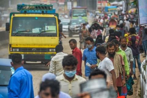 Jelang Lockdown, Ribuan Warga Bangladesh Jalan Kaki ke Kantor