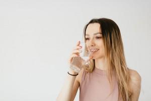Alasan Mengapa Kamu Harus Minum Air Putih Setelah Bangun Tidur