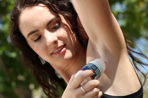 Deodoran biasanya berbasis alkohol dan bekerja dengan menciptakan lingkungan yang lebih asam pada kulit, sehingga mengurangi bakteri yang menyebabkan bau. (Foto: Ilustrasi. Dok. Unsplash.com)