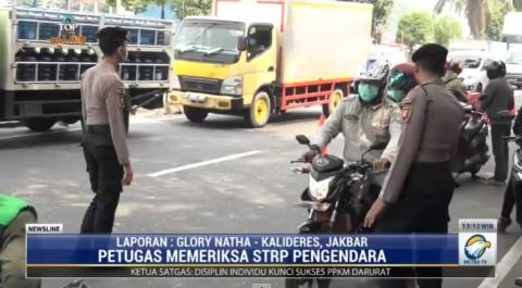Petugas Penyekat Jalan Kalideres Luluh oleh Bujukan Pemotor yang Ingin Melintas