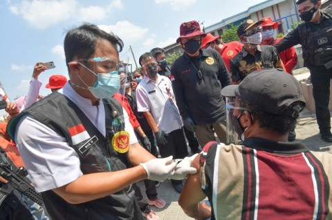BIN Vaksinasi <i>Door to Door</i> Warga Semarang dan Pelajar