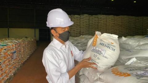 Jokowi Inspects Bulogs Rice Warehouse in North Jakarta