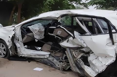 Brak! 3 Mobil Tabrakan Beruntun di Km 14 Jalan Tol Jakarta-Cikampek
