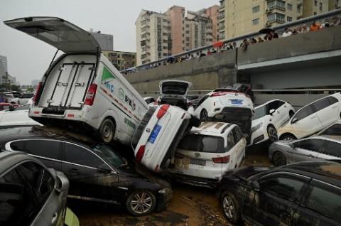 Usai Banjir Menerpa, Warga Tiongkok di Henan Bersihkan Puing