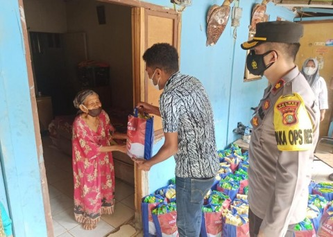 Kolaborasi dengan Mahasiswa Asal Papua, Polres Tangsel Bagikan Bansos ke Panti Asuhan