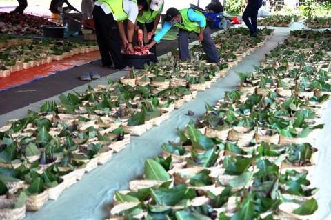 Warga Rejosari Kendal Gunakan Besek Bambu Buat Bungkus Daging Kurban