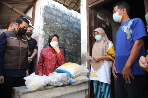Serahkan Bantuan di Tuban, Mensos Risma Minta Masyarakat Aktif Putus Penularan Covid-19