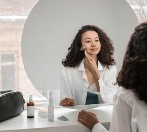 5 Perawatan Muka yang Tetap Harus Dilakukan Walau di Rumah Saja