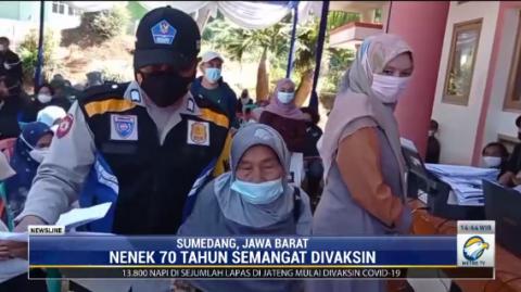Nenek Usia 70 Tahun Semangat Antre Vaksinasi Covid-19 di Sumedang
