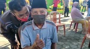 Semangat Kakek Usia 100 Tahun Ikut Vaksinasi Massal di Malang