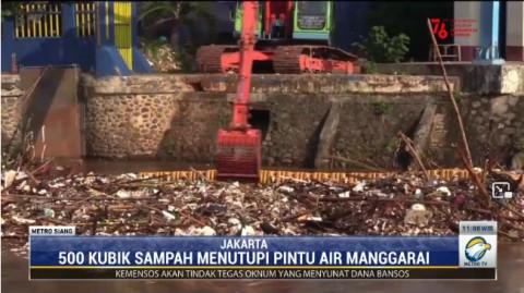 500 Meter Kubik Sampah Tutup Pintu Air Manggarai