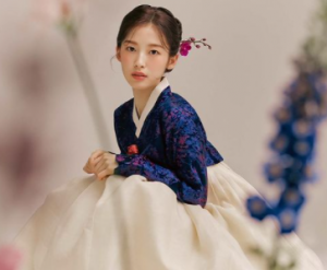 Begini Cantiknya Arin 'Oh My Girl' Remake Foto Legendaris Hanbok Bae Suzy