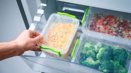Ini cara menyiangi dan menyimpan sayuran di kulkas. (Foto: Dok. Endeus TV)