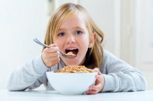 Tips Agar Anak Makan tanpa Harus Menonton TV atau Main Gadget
