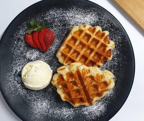 Croffle adalah camila yang terbuat dari adonan croissant berlapis mentega yang dimasak hingga renyah dalam waffle iron. (Foto: Dok. Instagram/@kroffle.croffle)