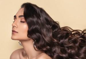 Rambut Lembap dan Mengembang dengan Losion Kulit