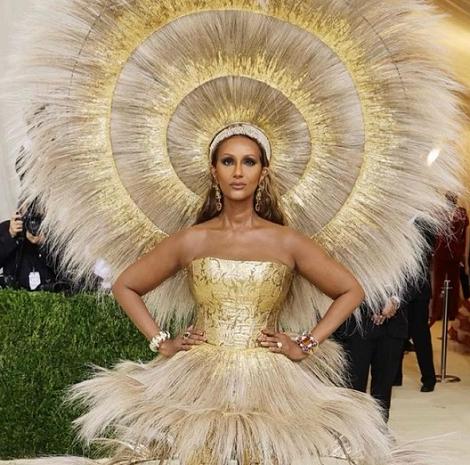 Supermodel Iman mengenakan gaun rancangan Harris Reed dengan tema 'In America: The Lexicon of Fashion' untuk Met Gala 2021. (Foto: Dok. Instagram/@fashionbombdaily)