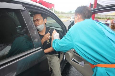 2.200 Warga Cirebon Divaksin <i>Drive Thru</i>