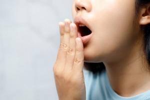 Penyebab Terjadinya Bau Mulut dan Gusi Berdarah