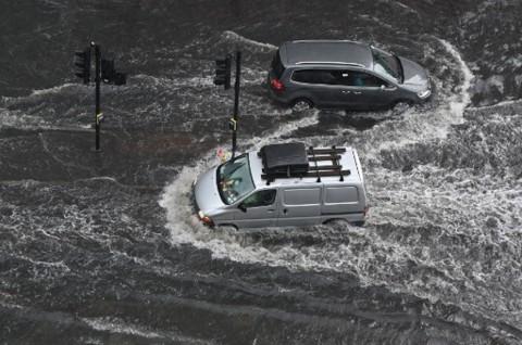 Cara Mengecek Mobil Usai Menerjang Banjir