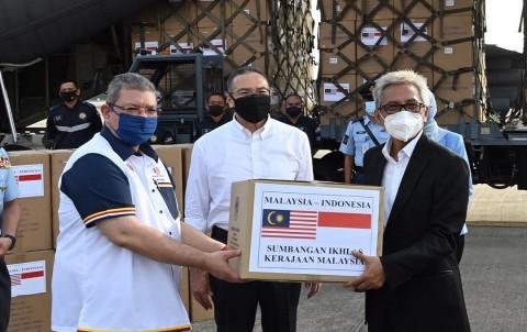 Menlu Malaysia Serahkan Bantuan Kemanusiaan Covid-19 ke Indonesia