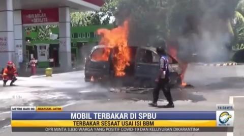 Sebuah Mobil Ludes Terbakar saat Isi BBM di Nganjuk