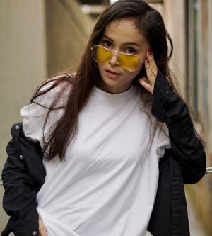 Tips Mix and Match Kaus Oversized yang Sesuai dengan Bentuk Tubuhmu
