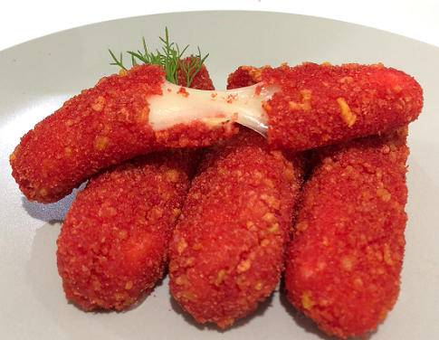 Biasanya, stik mozzarella disajikan dengan saus tomat, kecap atau saus marinara. (Foto: Dok. Greenfields)
