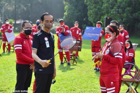 Leani Ratri Hadiahkan Raket 'Medali Emas' Buat Jokowi