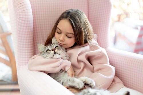 Anak-anak dapat terkena cacing atau parasit ketika memakan bulu kucing. (Foto: Freepik)