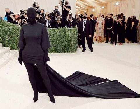 Kim Kardashian Akui Tak Bisa Lihat Kendall Jenner di Met Gala