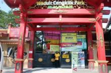 Petugas berjaga di pintu masuk objek wisata Waduk Cengklik Park Desa Ngagorejo, Kecamatan Ngemplak, Boyolali, Jateng, Minggu, 19 September 2021. ANTARA/ Bambang Dwi Marwoto