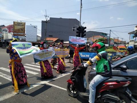 Satpol PP Cirebon Sosialisasikan Prokes dengan Kesenian