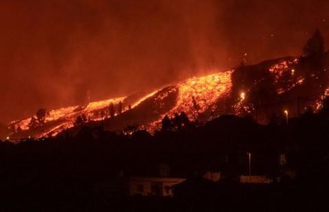 Rumah-Rumah Hancur Terkena Lava Pijar Gunung Berapi Cumbre Vieja