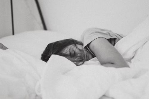Ginekolog Lisa Lindley mengatakan bahwa tidur dengan posisi foetal dapat mengurangi tekanan pada otot perut. (Foto: Ilustrasi. Dok. Unsplash.com)