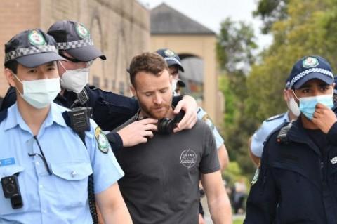Polisi Melbourne Bubarkan Protes Anti-Vaksinasi dengan Semprotan Merica