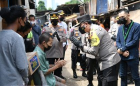 1.000 Paket Sembako Disalurkan untuk Pemulung dan Pedagang Asongan