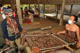 Dapat Pesanan 120 Kain Gringsing, Desa Tenganan Bali Kembali <i>Bergelora</i>